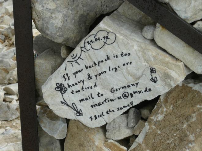Vzkaz unaveným vandrákům od nějakého Němce, psaný anglicky.