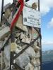 Zbytky vrcholového kříže a nápisy na nich