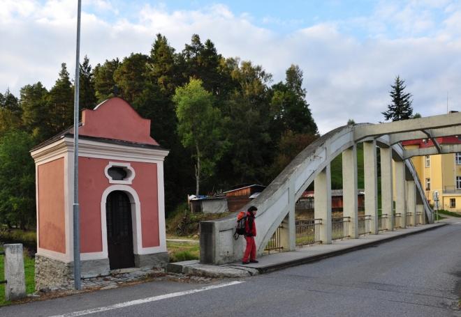 Most přes Teplou Vltavu a malá kaplička.