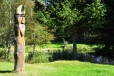 Nedaleko Strážného je i rybníček s indiánským totemem.