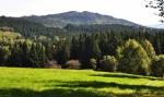 Nedaleko je i Chlustov, zajímavý vrch s převahou bučin.