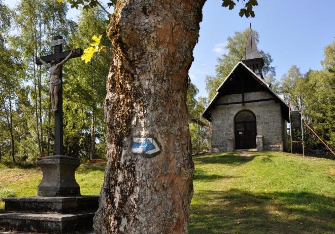 Kaplička Panny Marie z roku 1834 na Kamenném vrchu je zrovna v opravě. Pohled tak ruší postavené lešení.