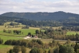 Radvanovický hřbet přes údolí Řasnice.