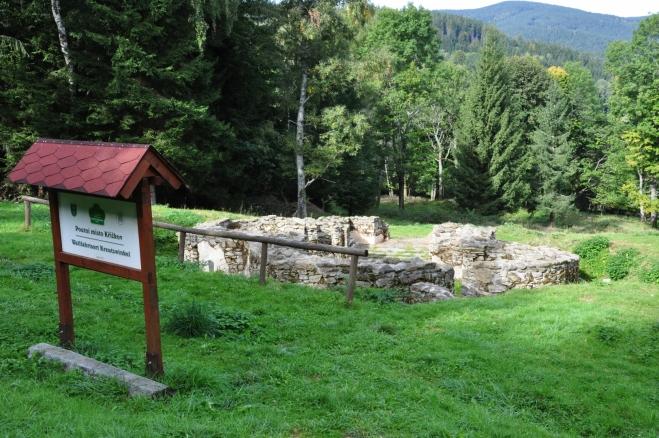 Poutní místo Křížkov. Zbytky základů kostela ve tvaru kříže jsou dodnes dobře patrné.