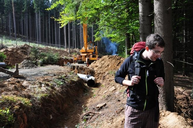 Na jednom místě nám cestu zahradí překopaná cesta Musíme se tak na chvilku ponořit do hlubin smíšeného lesa.
