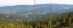 Na druhé straně Úhlavského údolí vystupuje hřeben Můstku s Prenetem, který zvolna klesá k Zelené Lhotě.
