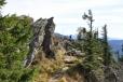 Již první pohled na vrcholové skály Velkého Ostrého je nezapomenutelný. Poprvé jsem k němu dorazil v říjnu 1990 po česko-německé hranici z Velkého Javoru. Tehdy to byl skutečně průkopnický čin a trasa podél šumavských hranic úžasná. Vyšli jsme tehdy z Přední Výtoně a postupně zdolali Plechý, Trojmeznou, Třístoličník, Luzný, Roklan, Poledník, Velký Javor, Jezerní horu a Ostrý, abychom po týdnu došli do Zelené Lhoty.