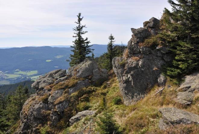 Úžasné výhledy z  hory, která patří na Šumavě k těm nejmladším.