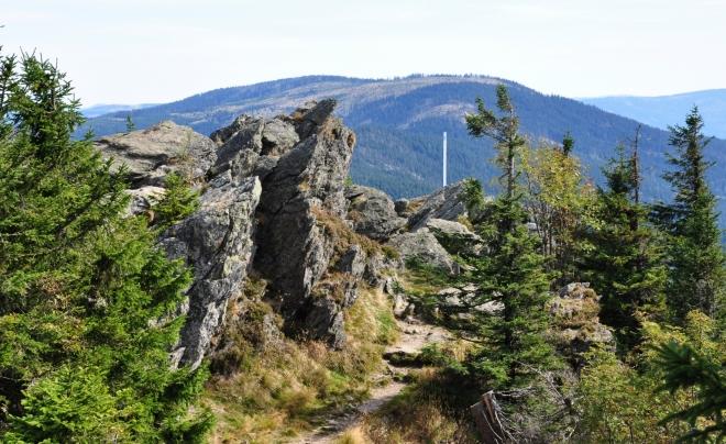 Svaroh a Jezerní hora. Postup po hřebeni zde není bohužel turistickou značkou vyznačený. Jde o podobně atraktivní část hraničního hřebenu jako na jihu Trojmezenský.