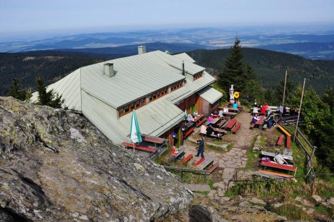 Chata těsně pod vrcholem je vlastně přesně na hranici.