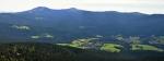 Panorama Velkého Javoru ze kterého vybíhá  mohutný a dlouhý hřeben. Pod ním je ukryto mnoho obcí, které z této výšky vypadají jako miniaturní dětské lego.
