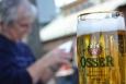 Hned po něm slézáme skalku a ochutnáváme poněkud slabé pivo Osser. Nebo se tak jmenuje jenom ta sklenice? Zajímavé je, že jsme si automaticky ke stolům sedli na českou stranu hranice.
