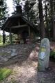 Historický hraniční kámen s bavorským erbem.