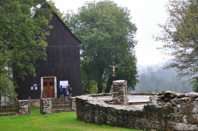 Kaple na Hůrce je to jediné, co zde po demolicích domů a kostela zbylo.
