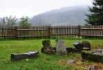 Torza pomníků u poničné hrobky sklářské rodiny Ábelů.