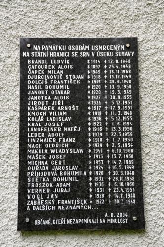Nápisy na ceduli umístěné na zdi kostela varují...
