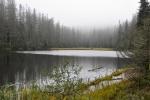 Mlhy jako by k jezeru Laka patřily...