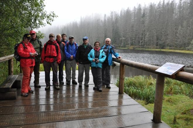 Ještě poslední společné foto a naše cesty se rozcházejí. Jedna skupina míří údolím Jezerního potoka zpět k Hůrce, druhá i přes nevlídné počasí k vrcholu Polomu.