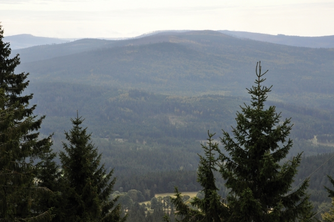Hřeben Polomu se Sklářským vrchem je z rozhledny dobře vidět.
