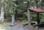 Tomandlův kříž leží v sedle mezi Pancířem a Můstkem.