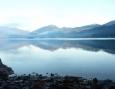 Hladina jezera Hallstätter See v pozadí rakouské Alpy
