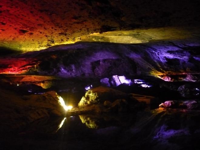 Barevně nasvícené podzemní jezero v Hallstattu