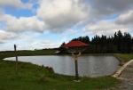 Míjíme nově vybudovaný ranč s menším rybníkem a posedy v každém rohu oploceného pozemku.