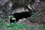 Přesto se k lomům, které jsou vlastně jeskyněmi dostáváme snadno.