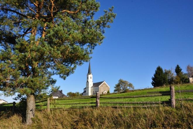 Kostel ve Světlíku nás vítá již z dálky. Je to jasná dominanta krajiny kolem obce.