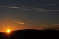 Nedaleko Smrčiny slunce po sedmé večer zapadá. Fotit se ale dá stále skvěle. Večer projasnil oblohu a hřebeny vzdálených hor jako by se přiblížily na dosah.