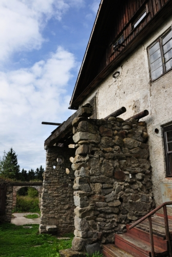 I zde bývala hospoda. Zlé jazyky tvrdí, že dům odkoupil majitel Lesovny, aby se zbavil konkurence. Turisty ale stejně na drahé jídlo nepřitáhne.