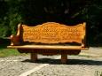 nádherně vyřezávané lavičky jsou tady kolem