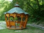 ve stejném stylu je i altán s vyřezávanými maďarskými svatými