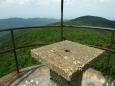 vrchol věže, nic moc pletivo kolem; bytelný je betonový stolek, na kterém se dobře odpočívá a rozhlíží po kraji