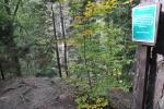 Nad vodopádem cedule zakazuje vstup na svah z důvodu bezpečnosti.