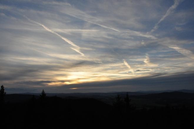 Bohužel se před západem slunce objevují mraky a tak se dnes žádné inferno nekoná.