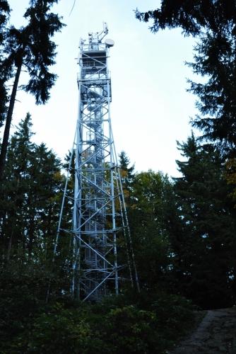 Rozhledna na vrcholu Kravi hory je přeměněna z vojenské hlídkové věže a dnes žádné problémy při vzdušném výstupu mít nebudete. Kdysi se však na ni lezlo po kolmých žebřících a to jsem tedy vzdal.