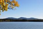 Poslední ohlédnutí k Novohradským horám je přes rybník Žár. Zleva Vysoká, Kraví hora, Kuní hora.
