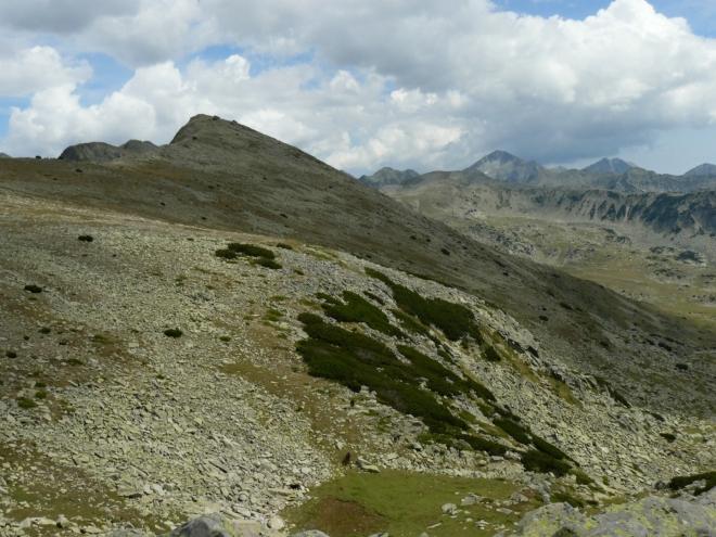 Vlevo mírný hřeben, který nás brzy čeká (na druhou, východní stranu padá ovšem velmi prudce). Vzadu Kamenica.