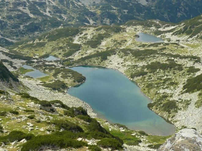 Celá soustava jezer, okolo níž jsme stoupali. Vpředu Dalgoto, vpravo Žabeško.