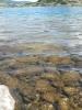 Detail pobřeží. Ačkoliv voda vypadá moc hezky, žádná písečná pláž to není a voda je ledová.