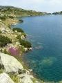 Značka obcházející jezero vede nahoru a dolů po kamenech a nabízí rozmanité pohledy na pobřeží.