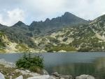 Jezero Golemoto s rozeklaným hřebenem Džangalu a Momini Dvori