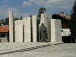 Pomník na náměstí dle letopočtu 681 zřejmě oslavuje vznik bulharského státu.