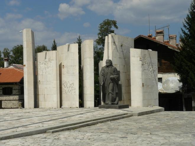 Pomník na náměstí oslavuje zřejmě vznik bulharského státu (dle letopočtu 681).