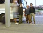 Slibovaná fotka po použití. V horách jsme na to zapomněli, a tak jsme využili poslední příležitost na autobusáku v Praze na Florenci v 6 ráno. Jako stativ jsme použili batoh, ale míhalo se tam tolik lidí, že jsme nebyli někým zakrytí jen na jedné fotce ze tří.