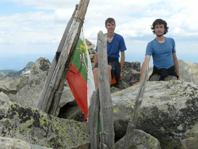 Vrcholovka na Kamenici. Bulhaři zřejmě rádi místo křížů dávají na vrcholy vlajky.