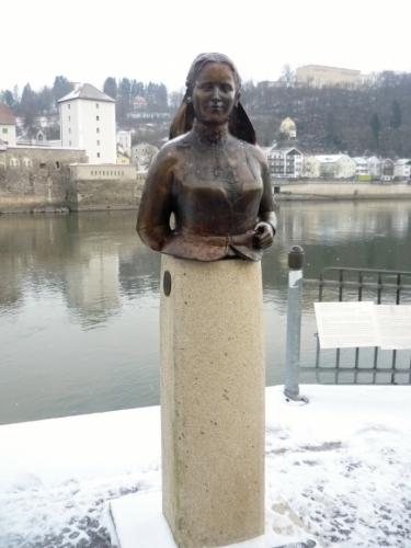 Bronzová socha ženy
