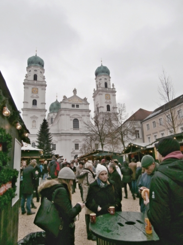 Katedrála sv. Štěpána (focena z trhů)