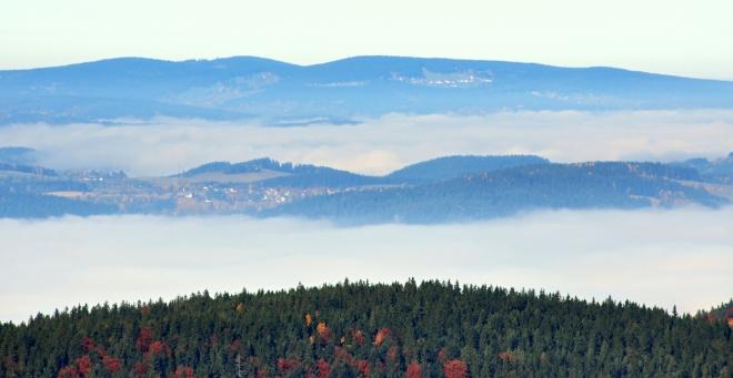 Za Mařským vrchem vystupuje do výše hřeben Javorníku a Královského kámene.